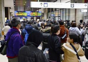 震度6弱の地震で九州新幹線が運転を見合わせ、混雑するJR熊本駅(3日、熊本市)=共同
