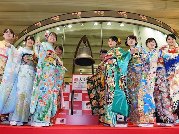 大発会を終え記念写真に納まる晴れ着姿の女性たち(4日午前、東証)