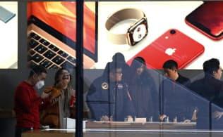 iPhoneに対する悪感情があることも中国でアップルが苦戦している理由の一つだ=AP