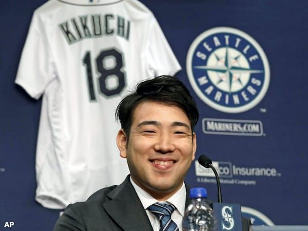 米大リーグ、マリナーズの入団記者会見で笑顔を見せる菊池雄星投手(3日、米シアトル)=AP