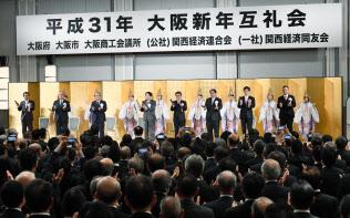 大阪新年互礼会に参加する関西政財界の代表者ら(4日、大阪市中央区)