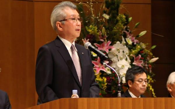 社員に向けて年始のあいさつをする中部電力の勝野哲社長(4日、名古屋市)