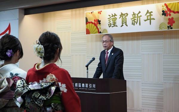 大発会であいさつする札幌証券取引所の小池理事長