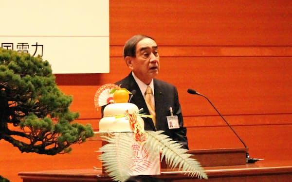 年頭のあいさつをする中国電力の苅田知英会長(4日、広島市)
