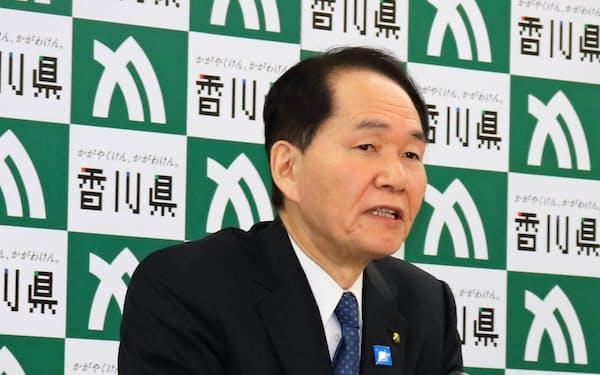 仕事始めの記者会見をする香川県の浜田恵造知事