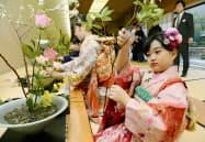 華道家元・池坊の「初生け式」で、花を生ける着物姿の参加者(5日午前、京都市)=共同
