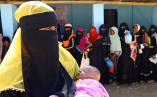 配給所を訪れたロヒンギャ難民の女性(2日、バングラデシュ・コックスバザール)