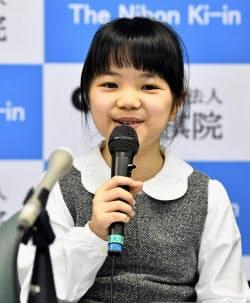 史上最年少で囲碁のプロ棋士となることが決まり、笑顔で記者会見する仲邑菫さん(5日、東京都千代田区)=共同