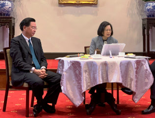 海外メディアと懇談する台湾の蔡英文総統(右)=5日、台北市内の総統府