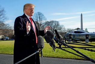 トランプ大統領は米国の制裁関税が中国にダメージを与えていると強調した(6日、ホワイトハウスで)=ロイター
