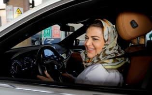 サウジアラビアでは女性の自動車運転は解禁されたが、海外旅行に男性親族の許可がいるなど制限が多く残る=ロイター