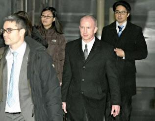 北京のホテルを出る米通商代表部のゲリッシュ次席代表(手前右)=7日(共同)