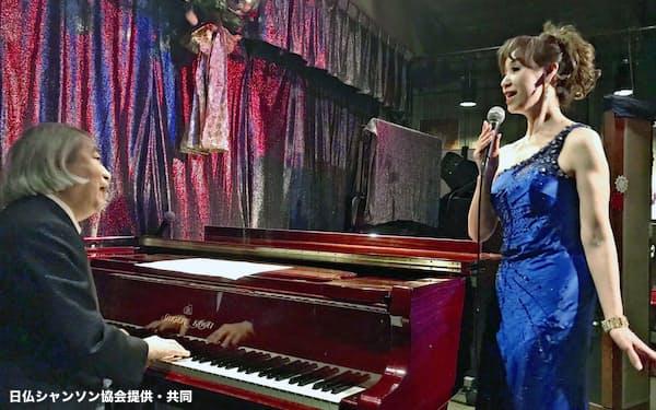 シャンソンのライブハウス「カフェ・コンセール・エルム」でピアノを演奏する加藤修滋さん(左)(名古屋市)=日仏シャンソン協会提供・共同