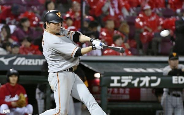 2018年10月、広島戦で本塁打を放つ巨人・長野(マツダ)=共同
