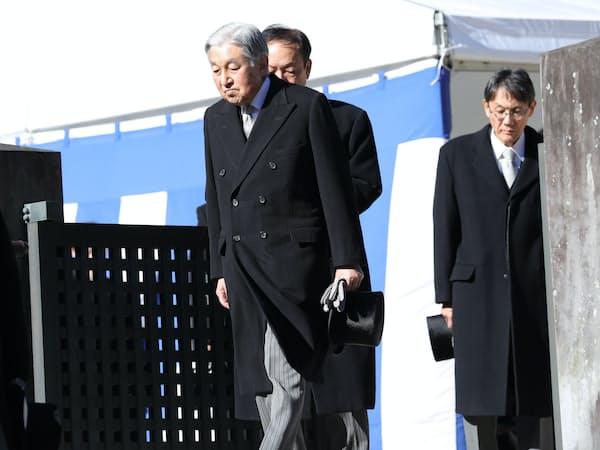 武蔵野陵を参拝した天皇陛下(7日、東京都八王子市)