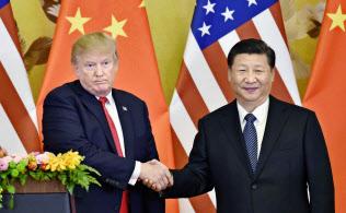 共同記者発表で握手するトランプ米大統領(左)と中国の習近平国家主席=2017年11月、北京の人民大会堂(共同)