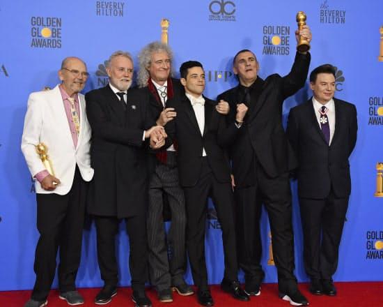 6日、ゴールデン・グローブ賞でドラマ部門の作品賞を受賞した「ボヘミアン・ラプソディ」の出演者ら(左から2人目は「クイーン」のロジャー・テイラーさん、同3人目はブライアン・メイさん)=AP