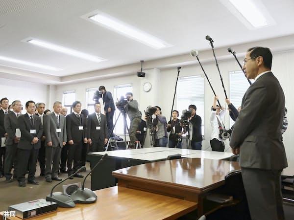 仕事始め式で、職員を前にあいさつする北海道厚真町の宮坂尚市朗町長(右端、7日午前、北海道厚真町)=共同