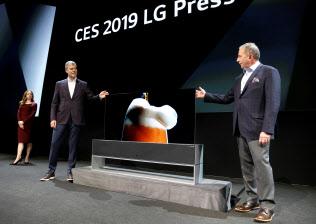 韓国LG電子は世界初となる巻き取り可能な有機ELディスプレーをお披露目した=ロイター