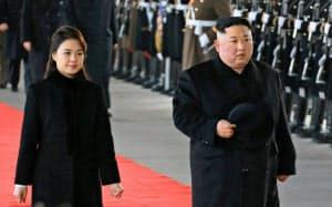 7日、訪中のため李雪主夫人(左)と共に平壌を出発する金正恩委員長=朝鮮中央通信・共同