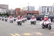 愛知県警視閲式で行進する白バイ隊員ら(8日、名古屋市南区)