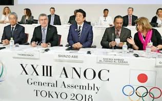 11月、ANOCの総会に臨む(左から)JOCの竹田恒和会長、IOCのバッハ会長、安倍首相ら=共同