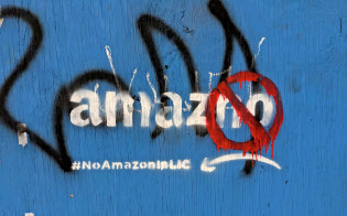 アマゾンの第2本社建設に対し、予定地の一つのニューヨーク市では地域のためにならないと住民グループが反対している=ロイター
