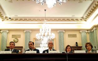 米連邦取引委員会は巨大IT企業の独占力に関心を示している(2018年11月、米議会で証言するシモンズ委員長=左端=ら)=ロイター
