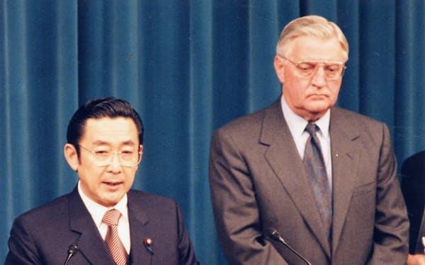 米軍普天間基地の返還合意を共同記者会見で発表する橋本龍太郎首相とモンデール駐日大使(1996年4月12日夜、首相官邸)