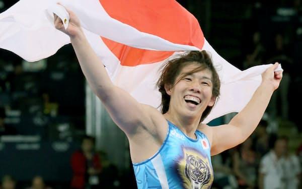 ロンドン五輪のレスリング女子55キロ級で金メダルを決め、日の丸を持って喜ぶ吉田沙保里(2012年8月)