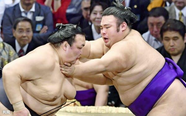九州場所初日、稀勢の里(左)を攻める貴景勝。優勝は自信になったはずだ=共同
