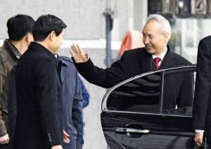 米中次官級協議の会場を中国の劉鶴副首相(右)も訪れた(7日)=共同