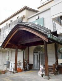 「番組小学校」の初期の玄関を伝える(京都市下京区)