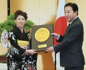 国民栄誉賞を受賞し、野田首相(当時)から盾を受け取る吉田選手(2012年、首相官邸)