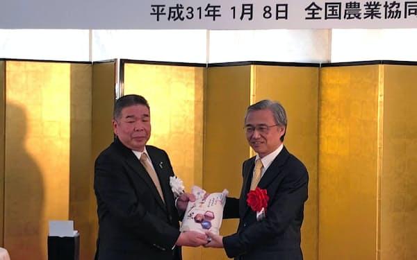 東日本大震災後初の中国向け輸出となる(8日、横浜港)