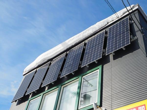 北海道の住宅用太陽光パネルは、積雪を避けるため壁面に取り付けるケースもある