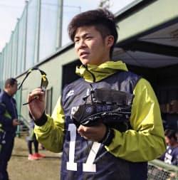 新人合同練習を終え、報道陣の取材に応じるヤクルト・清水(8日、埼玉県戸田市)=共同