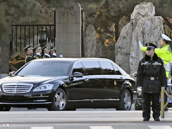 北京の釣魚台迎賓館を出る、北朝鮮の金正恩朝鮮労働党委員長を乗せたとみられる車(8日)=共同