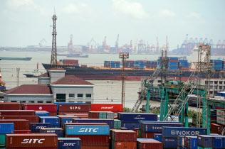 中国は輸出の減速が見込まれる=ロイター