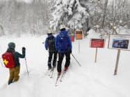 「富良野スキー場」が設置したBCへの出口をチェックするパトロール隊(北海道富良野市)=共同