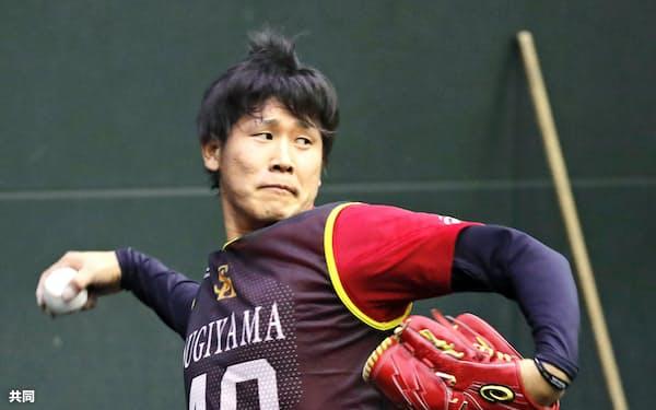 ブルペンで投球練習するソフトバンク・杉山(9日、福岡県筑後市)=共同