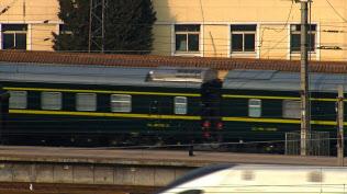 金正恩委員長を乗せたと見られる列車が北京駅を出発した(9日、北京)=ロイター