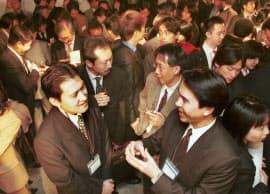 1999年11月4日夜、約800人が参加して東京・渋谷で開かれた経営者や起業家志望の交流会「ビットバレー」。会場の壁には銀行、証券、投資会社の社員の名刺がピンで留められていた