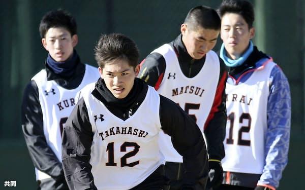 新人合同自主トレでダッシュする巨人・高橋(9日、川崎市のジャイアンツ球場)=共同