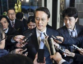日韓請求権協定に基づく政府間協議開催の要請を受け、報道陣の取材に応じる韓国の李洙勲駐日大使(9日午後、外務省)=共同