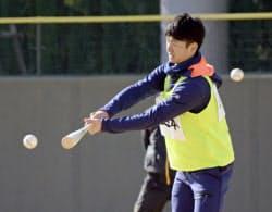 阪神の新人合同自主トレーニングが始まり、汗を流すドラフト1位の近本(9日、鳴尾浜)=共同