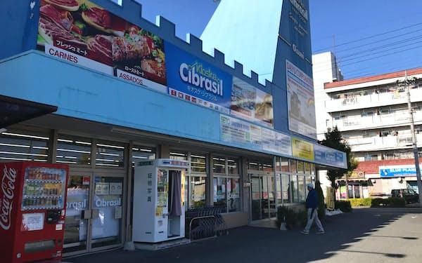 日系ブラジル人向けに、ポルトガル語の看板を掲げた商店が目立つ(群馬県大泉町)