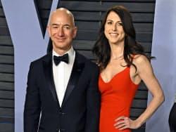 アマゾンのジェフ・ベゾスCEOとマッキンジー夫人(2018年3月撮影)=AP
