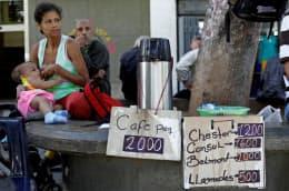 インフレにより値上げを繰り返している、路上のコーヒー売り場(9日、カラカス)=ロイター