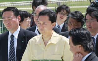 普天間基地を視察する鳩山首相(2010年5月、沖縄県宜野湾市)